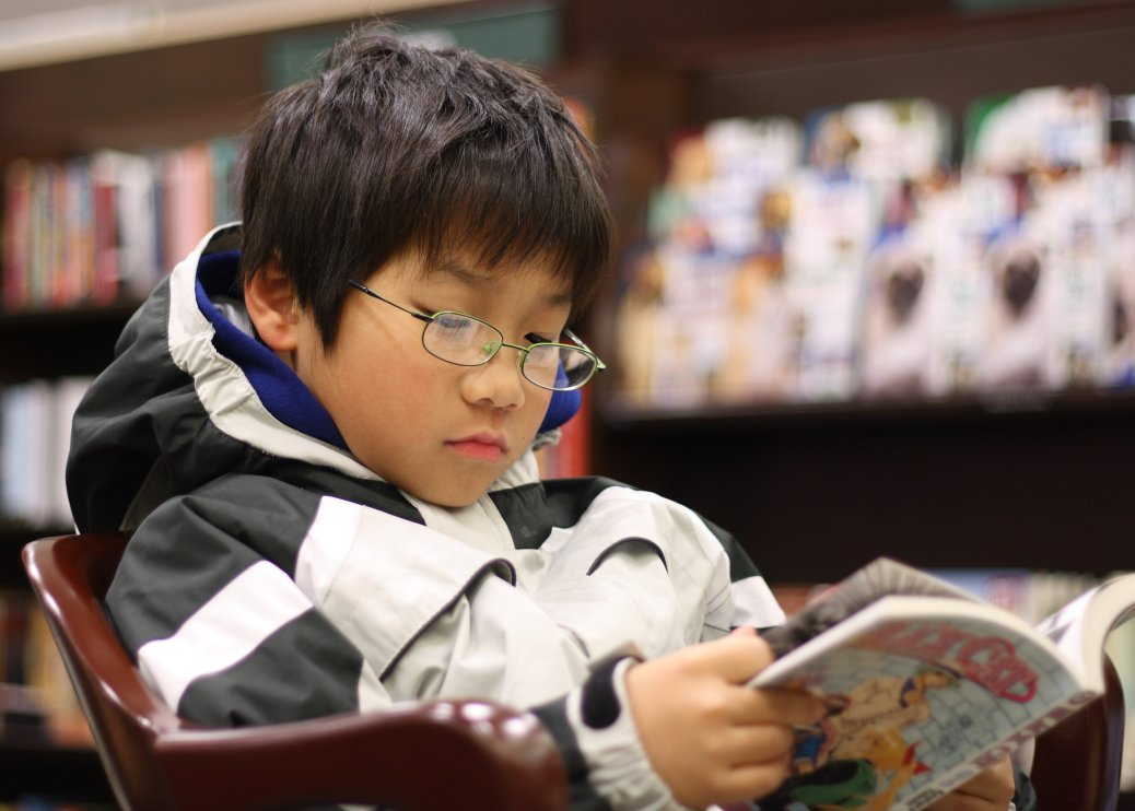 Young_boy_reading_manga